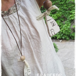 Vintage nyaklánc, Ékszer, Nyaklánc, Medálos nyaklánc, Decoupage, transzfer és szalvétatechnika, Festett tárgyak, Rusztikusan romantikus fa nyaklánc, csipkével és fagolyóval díszítve.\nAntikolt fehér festéssel és 4 ..., Meska