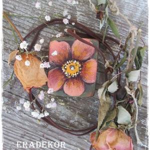 Bohém virágos nyaklánc , Ékszer, Nyaklánc, Medálos nyaklánc, Decoupage, transzfer és szalvétatechnika, Festett tárgyak, Virágos fa nyaklánc keresi romantikus gazdáját.\nEzek a BOHÉM stílusú, fa nyakláncok,  virág  mintáva..., Meska