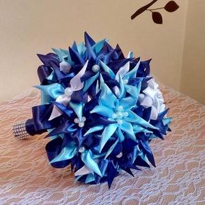 Kék szatén Örökcsokor, Csokor & Virágdísz, Dekoráció, Otthon & Lakás, Virágkötés, Mindenmás, Gyönyörű szép egyedi készítésű kék szatén menyasszonyi Örökcsokor\nÁtmérője 22 cm, magassága 26 cm.\nG..., Meska