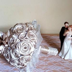 Kávébarna szatén menyasszonyi örökcsokor, Dekoráció, Otthon & lakás, Csokor, Esküvő, Esküvői csokor, Virágkötés, Gyönyörű kávébarna szatén menyasszonyi csokor\nátmérője kb 22 cm, magassága 25 cm\n(a képeken a pár ne..., Meska