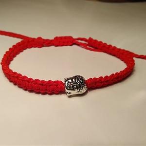 Buddha karkötő - piros állítható csúszó csomóval! , Ékszer, Karkötő, Csomózás, Buddha karkötő - piros\nMakramé csomózású Buddha karkötőt készítettem antik ezüst színű Buddha fejjel..., Meska