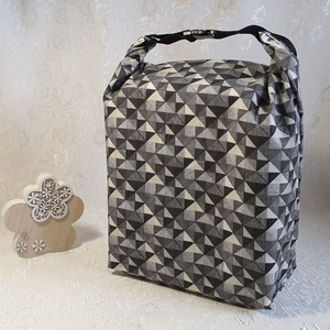 Uzsonnás táska, Fehér-szürke geometria mintás, Táska & Tok, Uzsonna- & Ebéd tartó, Szendvics csomagoló, Uzsonnás táska, csatos kézfogóval, így nem kell külön táskába pakolni az uzsonnát, ebédet.  Belefér:..., Meska