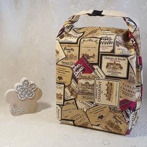 Uzsonnás táska - Boros címke mintás, Táska & Tok, Uzsonna- & Ebéd tartó, Szendvics csomagoló, Uzsonnás táska, csatos kézfogóval, így nem kell külön táskába pakolni az uzsonnát, ebédet.  Belefér:..., Meska