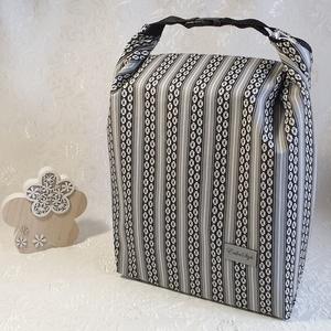 Uzsonnás táska - Fekete-szürke- fehér mintás, Táska & Tok, Uzsonna- & Ebéd tartó, Szendvics csomagoló, Uzsonnás táska, csatos kézfogóval, így nem kell külön táskába pakolni az uzsonnát, ebédet.  Belefér:..., Meska