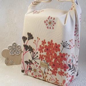 Uzsonnás táska - Bézs alapon virág mintás, Táska & Tok, Uzsonna- & Ebéd tartó, Szendvics csomagoló, Uzsonnás táska, csatos kézfogóval, így nem kell külön táskába pakolni az uzsonnát, ebédet.  Belefér:..., Meska