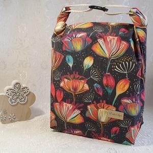 Uzsonnás táska - Sötét alapon - virág mintás, Táska & Tok, Uzsonna- & Ebéd tartó, Szendvics csomagoló, Uzsonnás táska, csatos kézfogóval, így nem kell külön táskába pakolni az uzsonnát, ebédet.  Belefér:..., Meska