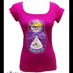 """Hipster matrjoska póló (női, fukszia), Ruha & Divat, Női ruha, Póló, felső, Mindenmás, Fukszia színű női pamutpóló, színes \""""hipster matrjoska\"""" nyomott mintával.\n\nA póló női karcsúsított, ..., Meska"""