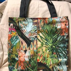 Dzsungelmintás csak egy van táska, Táska & Tok, Kézitáska & válltáska, Nagy pakolós táska, Varrás, Színes-páfrányos-dzsungeles-madaras vastag, vízlepergetős vászon. \nBelül sötétszürke bélése van a tá..., Meska