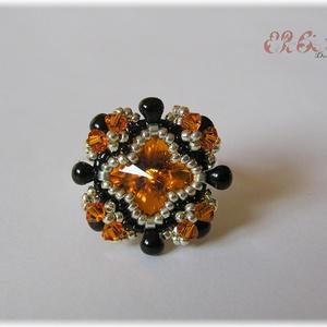 Narancssárga - fekete gyűrű Swarovskival, Gyöngyös gyűrű, Gyűrű, Ékszer, Gyöngyfűzés, gyöngyhímzés, Gyöngyfűzéssel készült gyűrű Swarovski kristályokkal. A dísz átmérője 2 cm, a karikáé 18 mm, ez néhá..., Meska