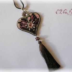 Rózsaszín - barna shibori szív nyaklánc Swarovskival, Ékszer, Esküvő, Szerelmeseknek, Ünnepi dekoráció, Dekoráció, Otthon & lakás, Nyaklánc, Gyöngyfűzés, gyöngyhímzés, Hímzés, Szív formájú medál bordó-rózsaszín-ezüstben, Swarovski kristályokkal, bojttal és shibori selyemmel. ..., Meska