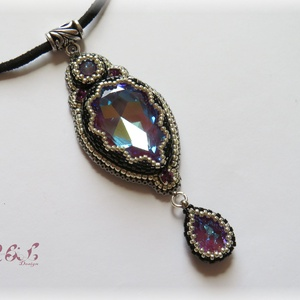 Lila - ezüst- fekete Swarovski nyaklánc, Medálos nyaklánc, Nyaklánc, Ékszer, Gyöngyfűzés, gyöngyhímzés, Gyöngyhímzéssel készült nyaklánc Swarovski kristályokkal (szín: crystal burgundy delite, amethyst) é..., Meska