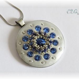 Kék-szürke ékszergyurma medál Swarovski kristályokkal, Ékszer, Nyaklánc, Táska, Divat & Szépség, Gyurma, Gyöngyfűzés, gyöngyhímzés, Medál Ceralun ékszergyurmából és Swarovski kristályokból, a közepén gyöngyfűzéssel készült dísszel. ..., Meska