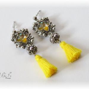 Szürke-sárga bojtos fülbevaló Swarovskival, Ékszer, Fülbevaló, Gyöngyfűzés, gyöngyhímzés, Ékszerkészítés, Gyöngyfűzéssel készült fülbevaló a 2021-es esztendő színeiben. Mérete 5 x 2 cm (bojttal együtt), a b..., Meska