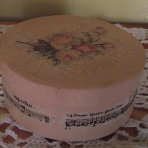 Rózsás doboz, Otthon & lakás, Lakberendezés, Tárolóeszköz, Doboz, Decoupage, transzfer és szalvétatechnika, Festett tárgyak, Rózsamintás, kör alakú, háncs dobozka vintage stílusban. Bézs az alapszíne, oldalán hangjegymintával..., Meska