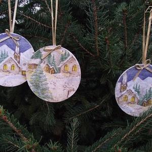 Havas táj karácsonyfadísz, Otthon & Lakás, Karácsony & Mikulás, Karácsonyfadísz, Decoupage, transzfer és szalvétatechnika, Három darab havas tájat ábrázoló karácsonyfadísz, arany színű szalaggal. A fa alapot fehérre festett..., Meska