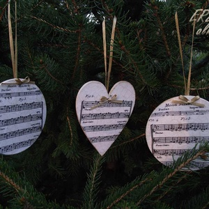 Hangjegyes karácsonyfadíszek, Otthon & Lakás, Karácsony & Mikulás, Karácsonyfadísz, Decoupage, transzfer és szalvétatechnika, Két kör és egy szívalakú hangjegymintás karácsonyfadísz vintage stílusban, arany színű szalaggal. A ..., Meska