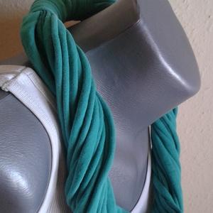 Zöld textil nyaklánc, Téli nyaklánc, Sál, Sapka, Kendő, Ruha & Divat, Varrás, Újrahasznosított alapanyagból készült termékek, Egyedi, színes, kézzel készített textil nyaklánc\n\nA nyakláncot pólóanyagból készítettem. \nNagyon jól..., Meska
