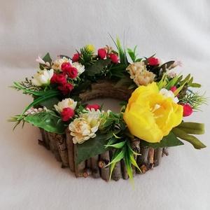 Asztalon a tavasz, Otthon & lakás, Dekoráció, Lakberendezés, Asztaldísz, Famegmunkálás, Virágkötés, Az alap körben faágakkal díszített. A tetején (mű)virágok ékeskednek, mintha egy kertet látnánk.\n\nA ..., Meska