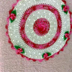 Horgolt terítő, Horgolt & Csipketerítő, Dekoráció, Otthon & Lakás, Horgolás, Eladó saját készítésű horgolt terítő Fehér alapon rózsaszín színátmenetes fonalból készült virágok v..., Meska