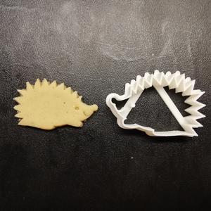 Süni keksz, sütemény kiszúró forma, Konyhafelszerelés, Otthon & lakás, Egyéb, Mézeskalácssütés, Mindenmás, 3D nyomtatással készült sünis kekszkiszúró. Legnagyobb mérete kb. 6 cm.\n\nSzemélyes átvétel Martonvás..., Meska
