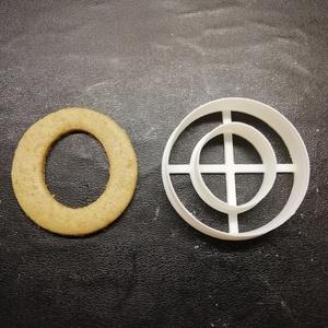 ABC-s (O) kekszkiszúró, Otthon & lakás, Konyhafelszerelés, Egyéb, Mézeskalácssütés, Mindenmás, 3D nyomtatással készült ABC-s (O) kiszúró kekszhez, mézeskalácshoz, fondanthoz. \n\n6 és 8 cm-es méret..., Meska