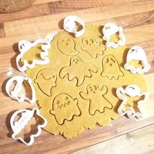 Halloween-i kekszkiszúró szett, Otthon & Lakás, Konyhafelszerelés, Sütikiszúró, Mézeskalácssütés, Mindenmás, 7 db-os szellemes keksz, mézeskalácskiszúró szett Halloweenre :)\nLegnagyobb méretük 7 cm.\nSzemélyes ..., Meska