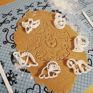 Dínó, dínós keksz, sütemény kiszúró forma szett, Otthon & Lakás, Konyhafelszerelés, Sütikiszúró, Mindenmás, Mézeskalácssütés, 6 db-os dínós kekszkiszúró: triceratopsz, brachiosaurus, stegosaurus, t-rex, tojásból kikelő kis din..., Meska