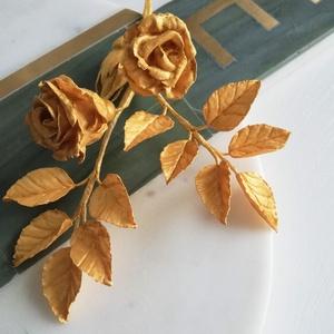 Cukorvirág arany rózsa, Esküvő, Egyéb, Esküvői dekoráció, Mindenmás, Kis méretű, arany színű rózsa fejeket (2b), 1db bimbót és leveles ágakat tartalmazó , cukormasszábó..., Meska