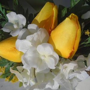 sárga tulipános kopogtató, Otthon & lakás, Dekoráció, Dísz, Mindenmás, A termék 24 cm-es szalma alapra készült. A sárga tulipán és a fehér apró virágok találkozása teszi t..., Meska