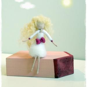 Tűnemezelt baba, figura dísz - göndör hajjal, ülő, Gyerek & játék, Dekoráció, Otthon & lakás, Esküvő, Egyéb, Nemezelés, Ülő helyzetű Tündérke, bodros szőke tincsekkel..\nÜlhet polcon, asztal szélén, kedvenc könyveden vagy..., Meska