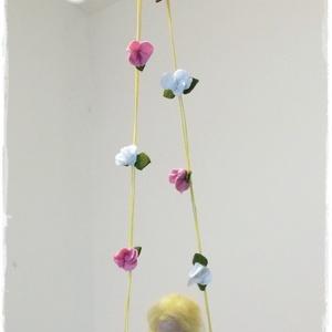 Hintázó Tündér virágos hintán - tűnemezelt baba, függő, dísz, Baba, Baba & babaház, Játék & Gyerek, Nemezelés, Apró virágokkal díszített hintán ülő tündérke.\n, Meska
