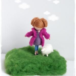 Kabátkás kislány báránykával - tűnemezelt dísz, Lakberendezés, Otthon & lakás, Húsvéti díszek, Ünnepi dekoráció, Dekoráció, Nemezelés, Picurka kislány még kisebb báránykáját sétáltatja mezőn... szinte érezni a kora tavaszi napsütést! A..., Meska
