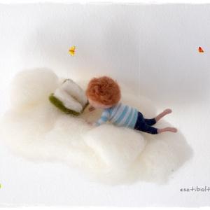 Felhőn olvasó kisfiú - tűnemezelt függő, dísz, Dekoráció, Otthon & lakás, Gyerek & játék, Gyerekszoba, Mobildísz, függődísz, Nemezelés, Olvasni jó! A világ megszűnik körülötted és a képzeletedben bármi megtörténhet....\n\nA kisfiú 8cm-es,..., Meska