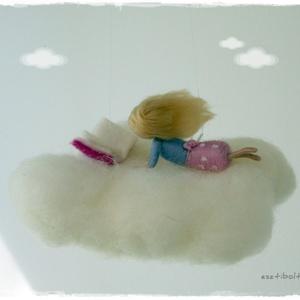 Felhőn olvasó kislány - tűnemezelt függő, dísz, Otthon & lakás, Dekoráció, Gyerek & játék, Gyerekszoba, Mobildísz, függődísz, Nemezelés, Olvasni jó! A világ megszűnik körülötted és a képzeletedben bármi megtörténhet....\n\nA kislány 8cm-es..., Meska