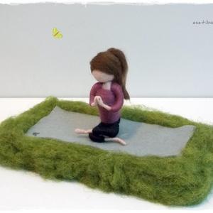 Jógázó lány  - tűnemezelt dísz, Otthon & lakás, Dekoráció, Lakberendezés, Asztaldísz, Nemezelés, Szabadban (fűben) jógázó lány.\nJógafanoknak ideális ajándék  :-)\n\nA baba mérete (álló helyzetben) 12..., Meska