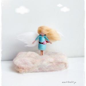 Mini Angyalka türkiz, állványon - tűnemezelt, Otthon & lakás, Dekoráció, Nemezelés, 8cm-es angyalka állványon.\nEgyedi ajándék lehet egy nagylánynak, kislánynak a gyerekszoba polcára, a..., Meska