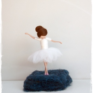 Balerina - tűnemezelt, dísz, függő, Otthon & lakás, Dekoráció, Lakberendezés, Nemezelés, 12cm-es balerina, tűnemezelt, állványon.\nAsztalon, polcon, ablakpárkányon is jól mutat.\nBalerináknak..., Meska