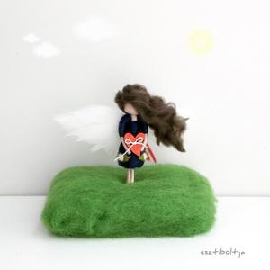 Mini Köszike, állványon - tűnemezelt, Dísztárgy, Dekoráció, Otthon & Lakás, Nemezelés, 8cm-es Köszike állványon.\nEgyedi ajándék lehet egy nagylánynak, kislánynak a gyerekszoba polcára, an..., Meska