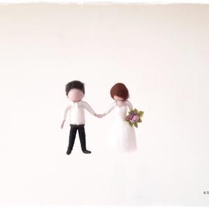 Mini menyasszony-vőlegény damilon - tűnemezelt dísz, függő, Esküvő, Dekoráció, Helyszíni dekor, Nemezelés, 8cm-es, tűnemezelt menyasszony-vőlegény.\nEgy hosszabb, kb. 30cm-es damilra vannak rögzítve, tehát eg..., Meska