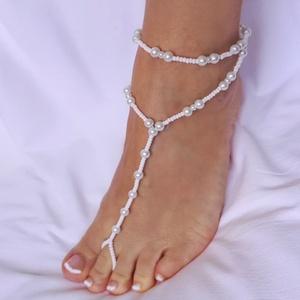 Gyöngyös lábékszer , Lábdísz & Lábgyűrű, Lábdísz & Testékszer, Ékszer, Ékszerkészítés, Gyöngyfűzés, gyöngyhímzés, Fehér 6 mm-es tekla gyöngyökből, és fehér kásagyöngyökből készült lábékszer, elasztikus szálon. Lánc..., Meska