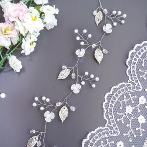 Menyasszonyi virágos, leveles hajfüzér, Esküvő, Kontydísz & Hajdísz, Hajdísz, Apró virágok, kis gyöngyök, és kristályok felhasználásával készült ez a hajdísz, ezüst színű ékszerd..., Meska