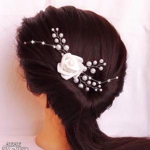 Rózsás hajdísz, Ékszer, Esküvő, Hajdísz, ruhadísz, Ékszerkészítés, Gyöngyfűzés, gyöngyhímzés, Arany színű ékszerdrótra készült hajdísz, 3,5 cm-es fésűs alapra. A gyöngyök és a rózsa fehérek. A r..., Meska