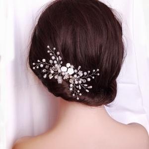 Apróvirágos hajdísz , Fésűs hajdísz, Hajdísz, Esküvő, Ékszerkészítés, Gyöngyfűzés, gyöngyhímzés, 6 és 4 mm-es gyöngyökkel, apró virágokkal díszített hajdísz. Körülbelül 16 cm, a méretet tudom válto..., Meska