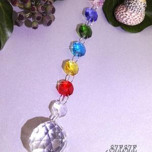Szivárványos kristályfüggő, napkristály, Otthon & lakás, Dekoráció, Gyöngyfűzés, gyöngyhímzés, Mindenmás, 3 cm-es kristálygömbbel készült szivárvány színekben játszó függö. 19 cm hosszú. \nRagyogó kristályok..., Meska