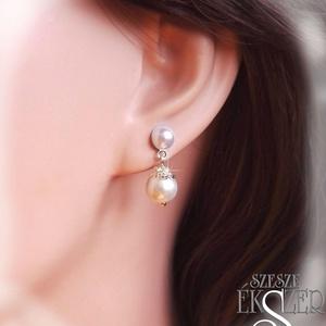 Alkalmi, menyasszonyi gyöngy füli, Ékszer, Lógó fülbevaló, Fülbevaló, Félgyöngy bedugós alapon egy szem 8, vagy 10 mm-es tekla gyöngy, ezüst színű díszítéssel. Kérhető fe..., Meska