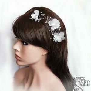 Fehér virágok, Kontydísz & Hajdísz, Hajdísz, Esküvő, Ékszerkészítés, Gyöngyfűzés, gyöngyhímzés,  Selyemvirágokkal, ezüst színű ékszerdóttal készült hajdísz, apró gyöngyökkel és kristályokkal. Kb. ..., Meska