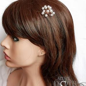 Gyöngyös hajdísz, Hajtű, Hajdísz, Esküvő, Ékszerkészítés, Gyöngyfűzés, gyöngyhímzés, 6 mm-es fehér tekla gyöngyökből készült hajdísz-virág, középen csillogó strasszkővel. Kb. 3 cm átmér..., Meska