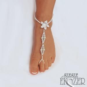 Virágos menyasszonyi lábékszer, Ékszer, Lábdísz & Testékszer, Lábdísz & Lábgyűrű, Gyöngyfűzés, gyöngyhímzés, Ékszerkészítés, Virággal és kis kristályokkal díszített gyöngyös, menyasszonyi lábékszer. Rugalmas elasztikus szálra..., Meska