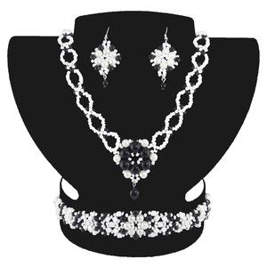 Fekete-fehér Medálos Virág Variáció, Ékszer, Ékszerszett, Ékszerkészítés, Gyöngyfűzés, gyöngyhímzés, Egyedi tervezésű és készítésű gyöngyfűzött ékszerszett, nyaklánccal, karkötővel és fülbevalóval. Fek..., Meska