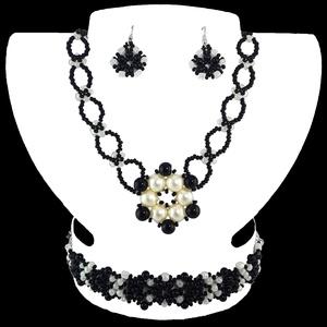 Vaj-fekete Virág variáció, Ékszerszett, Ékszer, Ékszerkészítés, Gyöngyfűzés, gyöngyhímzés, Egyedi tervezésű és készítésű gyöngyfűzött ékszerszett, nyaklánccal, karkötővel és fülbevalóval. Vaj..., Meska